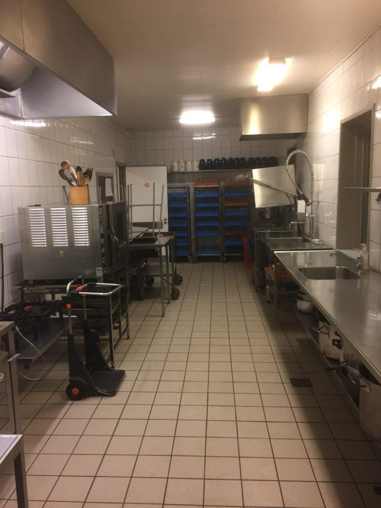 Køkken med masser af tilbehør